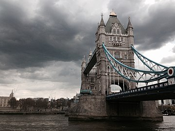Tower Bridge in April 2016.jpg