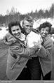 Tre tonåringar. Ung man med cigarett i munnen hålls om av två unga skrattande kvinnor - Nordiska museet - NMA.0091032.jpg