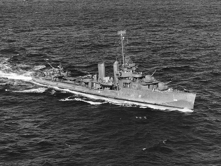 USS Farragut (DD-348) at sea in December 1943
