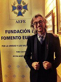 Víctor Amela, premiado con la Gran Cruz de Oto de la AEFE.jpg