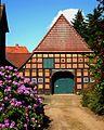 Verden -Fachwerk-Bauernhaus mit Scheunentor, Rhododendron.jpg