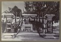 Versierde erepoort bij het paleis van de gouverneur in Paramaribo ter gelegenheid van het 25-jarig regeringsjubileum van koningin Wilhelmina Versiering van het paleis van den Gouvernement (titel op o, RP-F-F01203-D.jpg