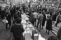 Viering Bevrijdingsdag op en rond het Leidseplein te Amsterdam, kraampjes en artiesten op het Leidseplein, Bestanddeelnr 931-4691.jpg
