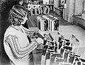 Vrouw bezig met het monteren van de spoelen, Bestanddeelnr 252-0468.jpg