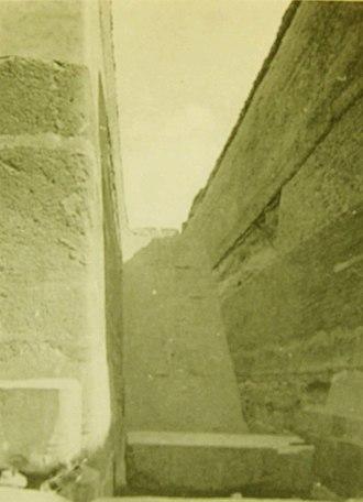 Unfinished Northern Pyramid of Zawyet El Aryan - Image: Vue 3 grande excavation