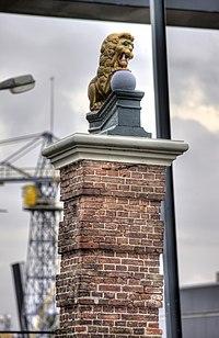 WLM - Lumperjack - Pijler (links) hoofdingang Willemsoord Den Helder.jpg
