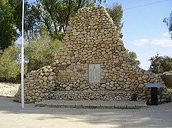 War Memorial in Bir Asluj (Be'er Mashabim), Israel.jpg