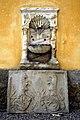 Wernberg Damtschach Schloss Innenhof Brunnen und Wappenrelief 24122005 5449.jpg