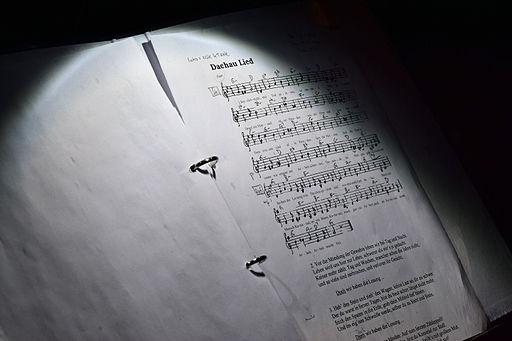 Wien - Gedenkkundgebung 70 Jahre Befreiung von Auschwitz - Notenblatt des Dirigenten mit dem Dachau-Lied