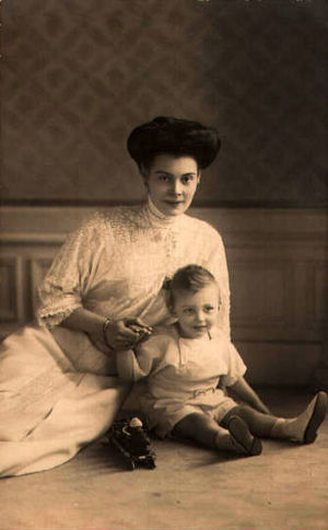 Prince Wilhelm of Prussia (1906–1940) - Prince Wilhelm with his mother, Crown Princess Cecilie, in 1908