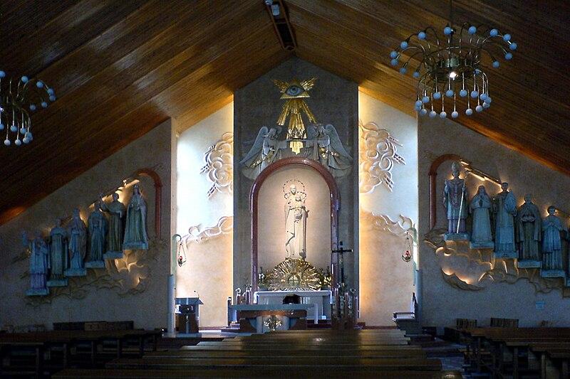 File:Wnętrze nowego kościół aparafiualnego Kraków Bieżanów Stary.JPG