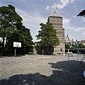 Zicht op de zijgevel van de achtervleugel, speelplaats op de voorgrond - 's-Gravenhage - 20387500 - RCE.jpg