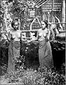 Zwei Birmaninnen beim Wasserschöpfen. Tropische Kleidung. (Phot. M. Ferrars.).jpg