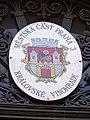 Žižkovská radnice, znak Královských Vinohrad.jpg
