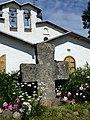 Памятный крест у церкви Покрова Богородицы.JPG