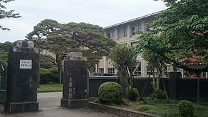 富山県立富山高等学校正門.jpg