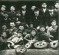 1886. Э.А. Боссе с группой рабочих.jpg