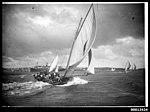 18 footer KERIKI under sail, Sydney Harbour (7363501436).jpg