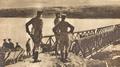 1916 - Generalul Mackensen privind trecerea Dunarii - fotografie din revista Le Miroir.png