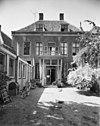 foto van Patriciershuis onder dwars schilddak met hoekschoorstenen