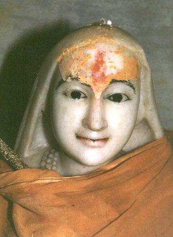 ভারতের কেদারনাথে কেদারনাথ মন্দিরের পিছনে তাঁর সমাধি মন্দিরে আদি শঙ্কর
