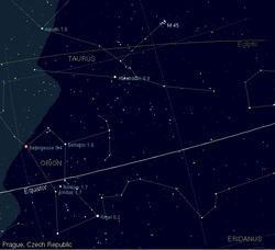 En tænkt linie igennem stjernerne i Orions bælte op mod det øvre højre hjørne af billedet passerer nær Aldebaran.