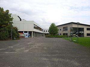 Anne-Frank-Gymnasium Werne - links der Altbau, rechts der Neubau