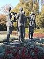 Aratók-szobor (Somogyi József, 1979), gereblye a kézben, 2017 Dunaújváros.jpg