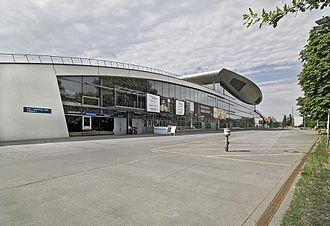 Max-Schmeling-Halle - Image: Außenansicht vom Falkplatz aus