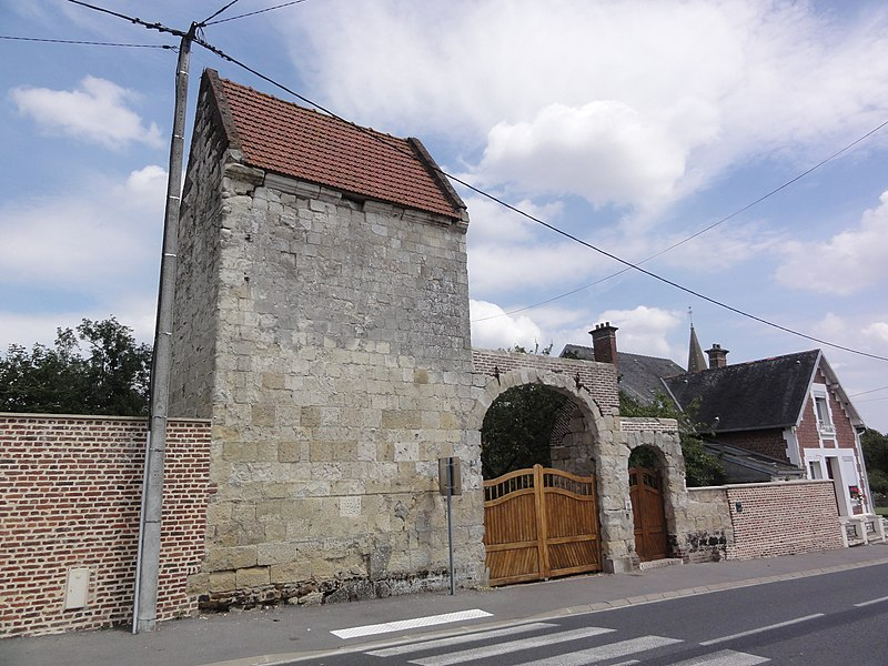 Aubencheul-aux-Bois (Aisne) porche avec tour