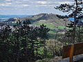 Ausblick zum Hohenrechberg, Der Rechberg besteht aus zwei ungleichen Bergkuppen, dem 643 Meter hohem Schlossberg mit der Burgruine Rechberg, und dem 707 Meter hohem Kirchberg, dem Hohenrechberg mit seinem Heiligturm, d - panoramio.jpg