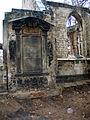Aushub per Bagger 1m Alter St. Nikolai-Friedhof Nikolaikapelle Hannover, 12a1 Schädelknochen Gebeine durch Bauhistoriker Sid Auffarth angehäuft.jpg
