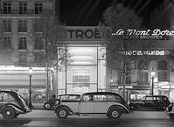 Auto's op de Champs-Elysées, met op de achtergrond de verlichte showroom van Cit, Bestanddeelnr 191-0378.jpg