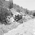 Autowrak van een pantservoertuig op een helling langs de kant van de weg, Bestanddeelnr 255-2225.jpg