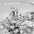 Badgasten en strandstoelen op het strand (in de branding van de zee spelen mense, Bestanddeelnr 255-1944.jpg