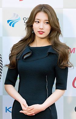 Bae Suzy at 2014 K-Pop Awards red carpet 03.jpg