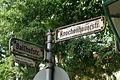 Ballhofstraße benannt nach dem Ballhof, 1649 als Ballspielhaus erbaut Knochenhauerstraße Straßenschilder und Laubdach.jpg