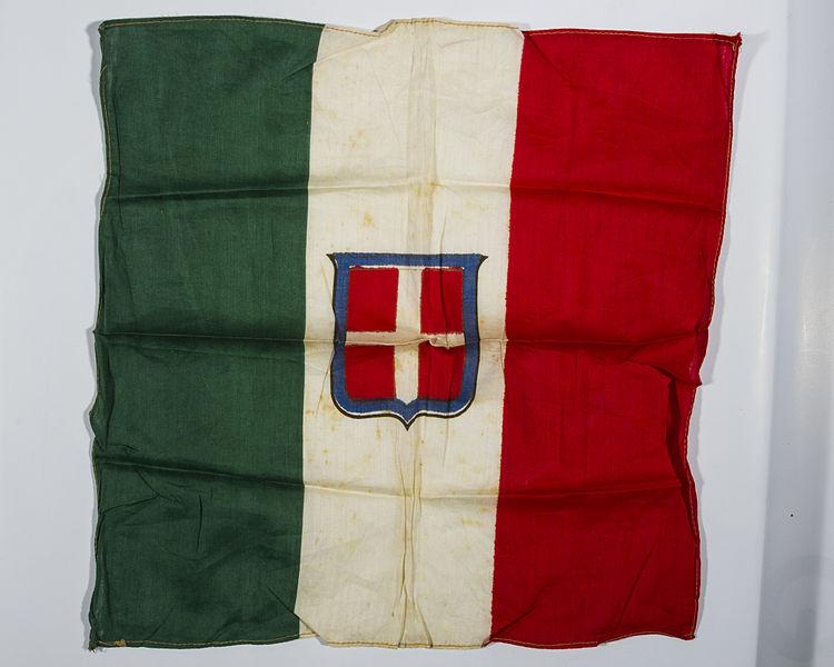 File bandiera italiana con in mezzo lo scudo di savoia for Bandiera di guerra italiana