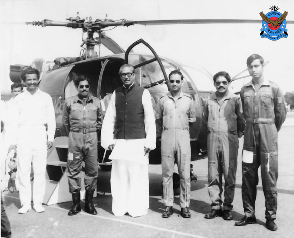 Bangabandhu Sheikh Mujibur Rahman with Bangladesh Air Force personnel.png