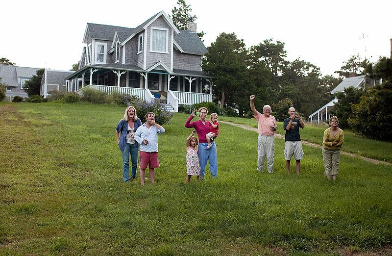 File:Barack Obama's family's vacation at Martha's Vineyard.jpg