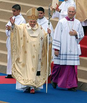 Benedetto XVI durante una celebrazione in Brasile. Accanto a lui mons. Piero Marini.