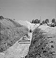 Bevloeiingsproject in de Negevwoestijn. Twee bulldozers in een greppel die gegra, Bestanddeelnr 255-4765.jpg