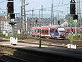 Binnenkomend treinstel in de bocht bij Aken station.JPG