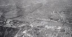 Fotografía en blanco y negro de Westminster desde el aire