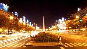 Vista nocturna de la Avenida 9 de Julio