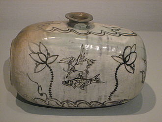 Buncheong - Image: Buncheong ware drum shaped bottle with iron brown decoration of fish, bird and lotus, late 15th early 16th century Korean, Museum of Oriental Ceramics, Osaka