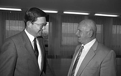 Bundesarchiv B 145 Bild-F077436-0025, Bonn, BMI, Staatssekretär mit Minister aus Israel.jpg