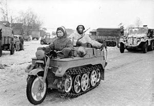 SdKfz 2 - Image: Bundesarchiv Bild 101I 725 0184 22, Russland, Soldaten auf Kettenkrad