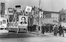 220px-Bundesarchiv_Bild_183-09915-0001%2C_Berlin%2C_Unter_den_Linden%2C_Ruinen%2C_Bildtafeln Dia Internacional da Mulher: a origem operária do 8 de Março
