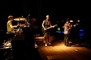 I Buzzcocks in concerto a Porto Alegre nel 2006. Da sinistra Danny Farrant, Steve Diggle, Pete Shelley